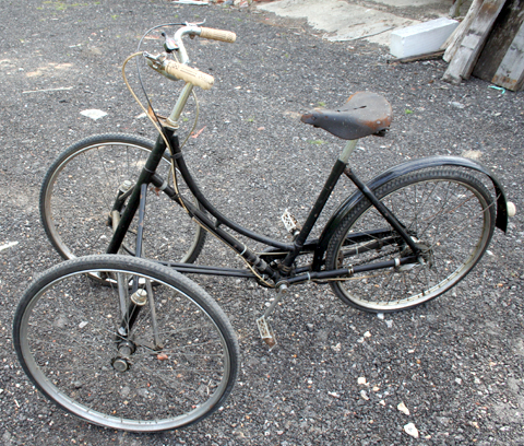 Front Two Wheel Bicycles http://oldbike.wordpress.com/1936-approx-kendrick-tws-tricycle/